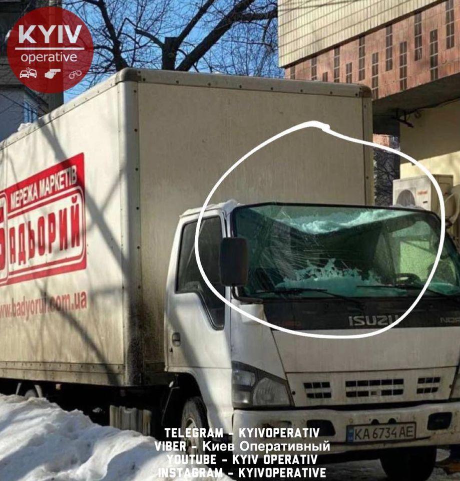 В Киеве огромные сосульки и глыбы снега падают с крыш домов и уродуют авто (ФОТО)