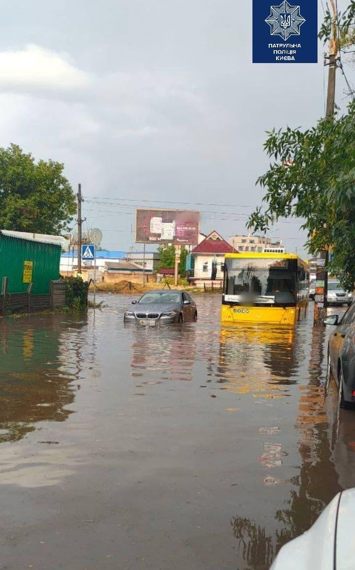 Из-за сильного ливня в Киеве «поплыли» и машины (ВИДЕО)