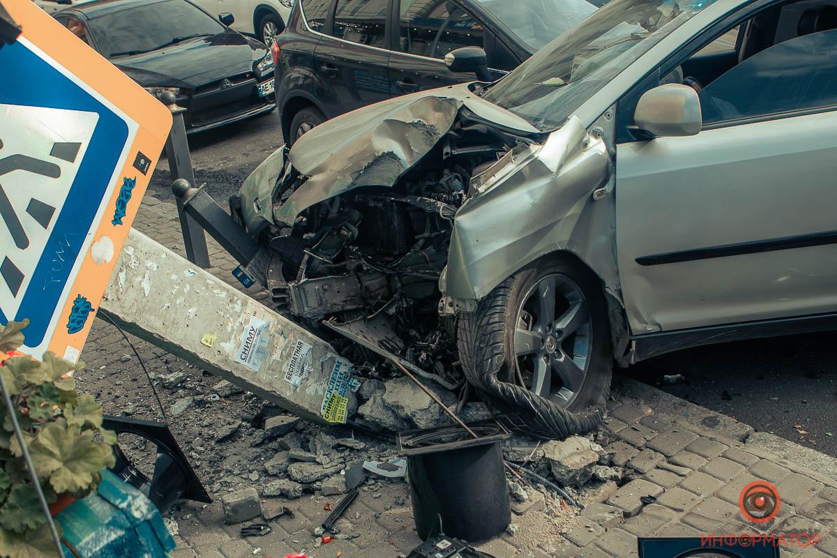 Столб свалили на кафешку: фото и видео разрухи после тройного ДТП в центре Днепра