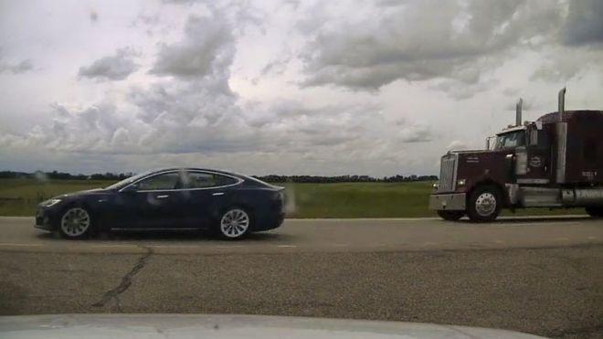 Водитель Tesla обвиняется в том, что 'дремал во время движения'
