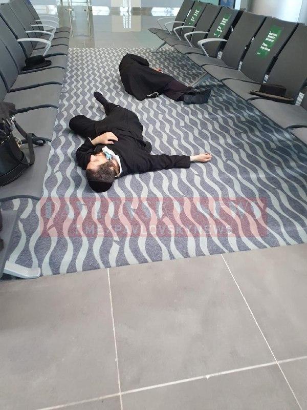 """Люди спят на полу, плачут дети - десятки хасидов """"застряли"""" в украинских аэропортах"""