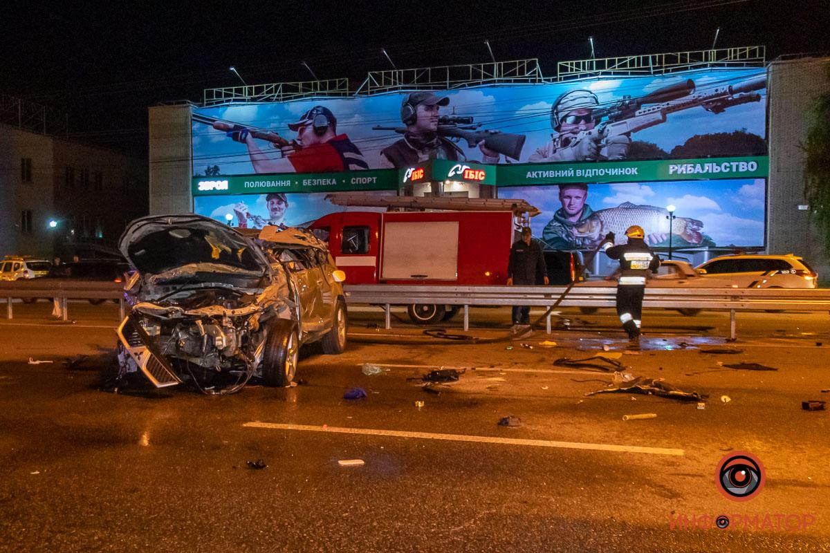 Мужчина и женщина вылетели на дорогу: в Днепре произошло жуткое ДТП