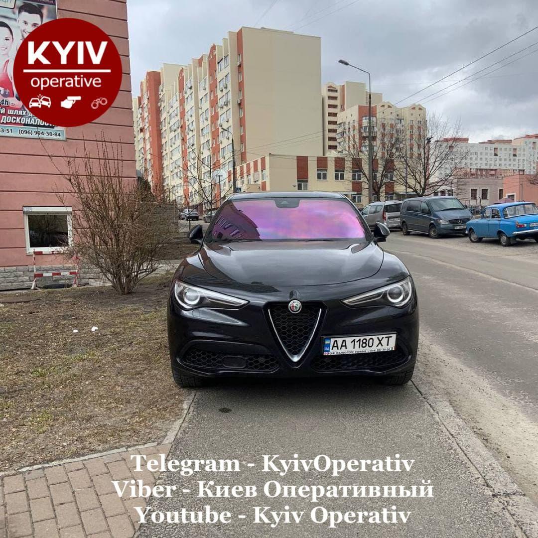 Очередной «герой парковки» в Киеве повредил дорожный знак (ВИДЕО)