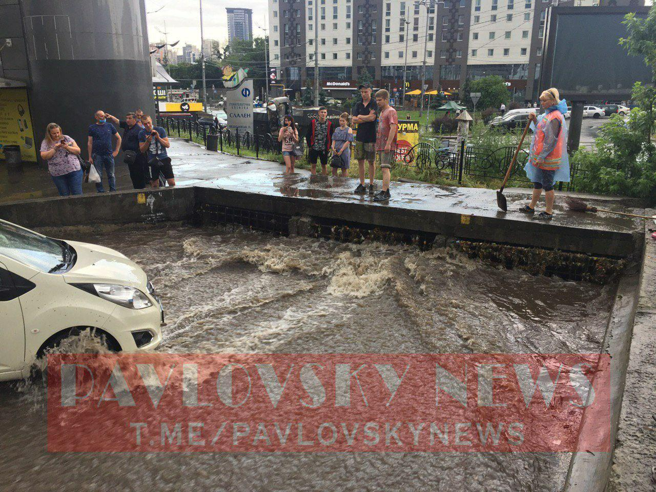 """На Киев обрушился мощный ливень, """"тонут"""" авто и люди"""