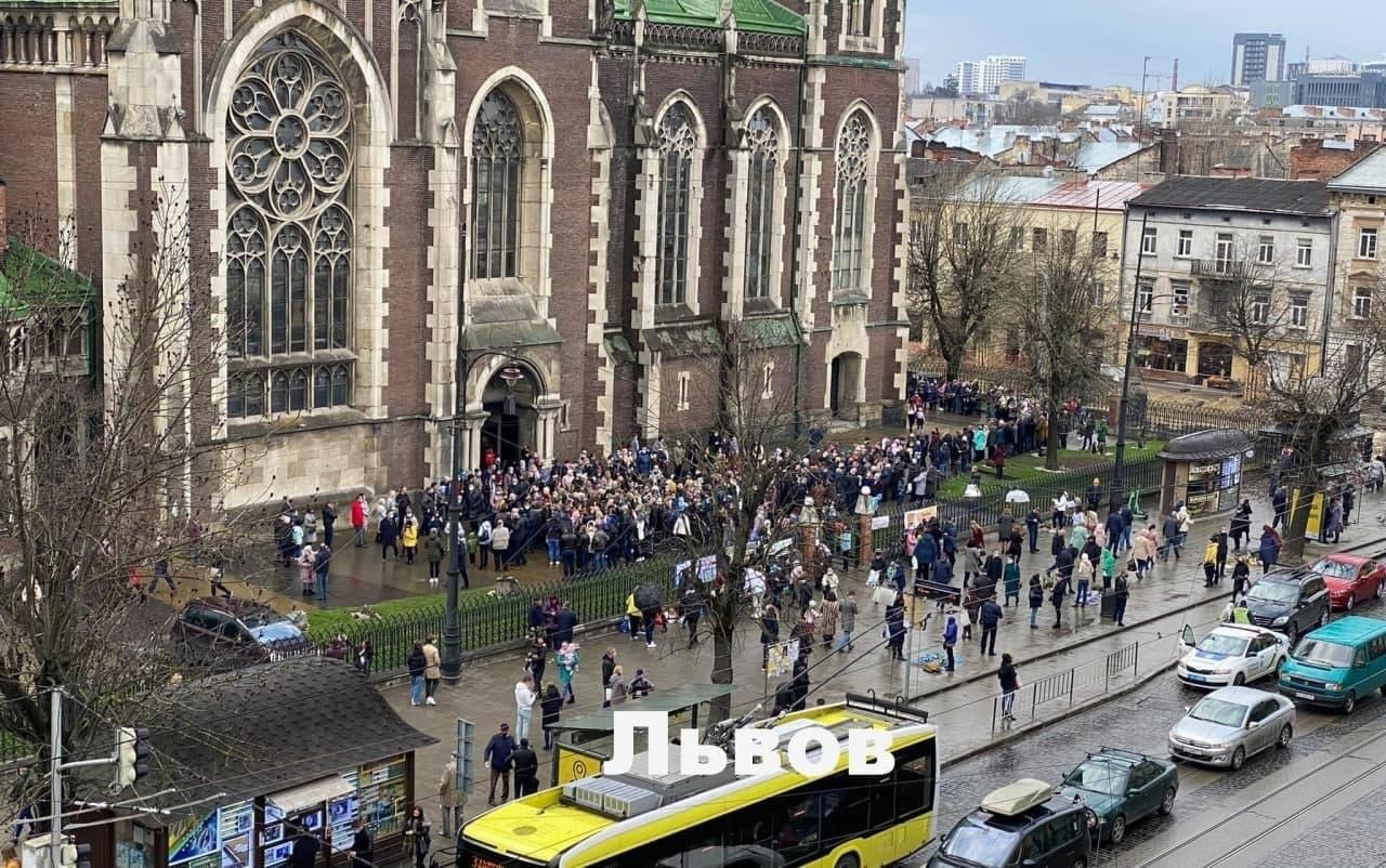 Карантин? Нет, не слышали: в Украине в Вербное воскресенье массово нар
