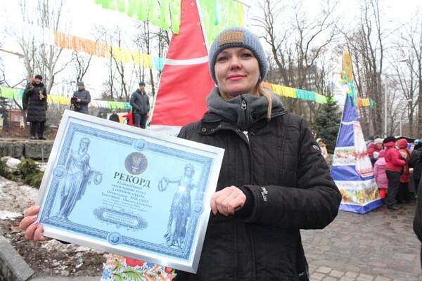 Рекорд Украины: в Днепре приготовили самый длинный рулет из блинов (ФОТО)