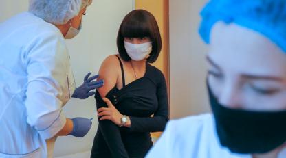 Українці налякані і тиражують неправду: чому влада провалила кампанію вакцинації від COVID-19