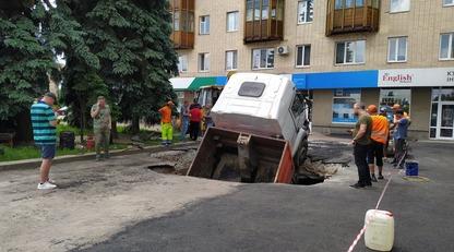"В центре Житомира грузовик ""ушел"" под землю - фото и видео"