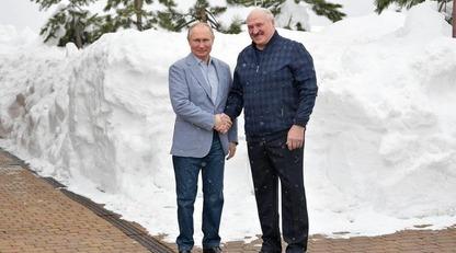 Глобальная битва за 2 см: Путин и Лукашенко сделали совместное фото и вызвали смех в сети