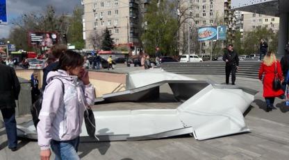 В Киеве с крыши нового ТРЦ на голову женщины упал лист металла: опубликованы фото