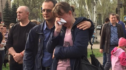 Люди несут цветы к месту страшного ДТП в Кривом Роге: опубликованы фото и видео