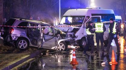 В Киеве маршрутка с пассажирами попала в смертельное ДТП: фото и видео с места