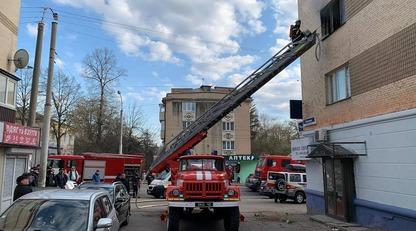 Пыталась спастись от огня: в Ровно пенсионерка выпрыгнула с третьего этажа, ее спас автомобиль