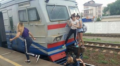 Девушки играют со смертью: в сети показали фото опасного развлечения в Киеве