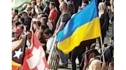 На матче открытия ЧМ-2018 в России развернули украинский флаг: эксклюзивное видео