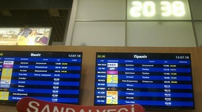 В аэропорту Харькова пассажиры подняли скандал из-за многочасовой задержки самолета:  фото и видео