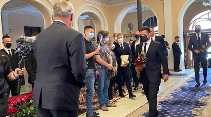 Владимир Зеленский приехал проститься с Чапкисом: фото с прощальной церемонии/Президент Украины возложил цветы к гробу артиста